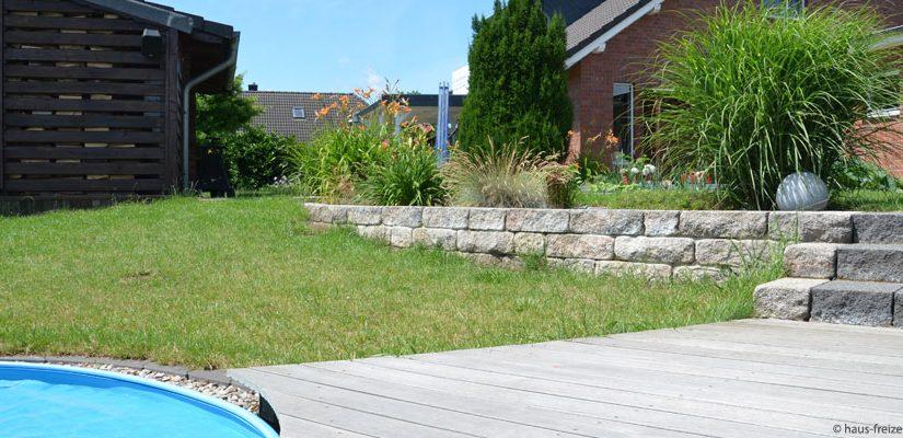 Entspannen im schönen Garten, Gartenarbeit und Spaß im Pool